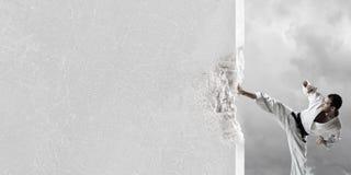 Человек в кимоно ломая стену Стоковое Фото