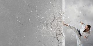 Человек в кимоно ломая стену Стоковое Изображение RF