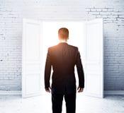 Человек в комнате кирпича Стоковые Изображения