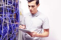 Человек в комнате сетевого сервера Стоковое фото RF