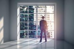 Человек в комнате смотря город Стоковая Фотография RF