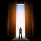 Человек в комнате с большой открыть дверью бесплатная иллюстрация