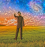 Человек в костюме касается небу Стоковые Фотографии RF
