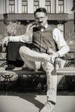 Человек в костюме при стекла и вискеры держа книгу в старом городке w Стоковые Изображения