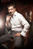 Человек в костюме распологая на стул в пабе Стоковые Фотографии RF