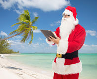 Человек в костюме Санта Клауса с ПК таблетки Стоковые Изображения RF