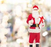 Человек в костюме Санта Клауса с подарочной коробкой Стоковая Фотография