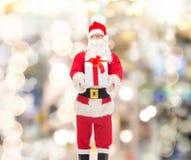 Человек в костюме Санта Клауса с подарочной коробкой Стоковое Изображение RF