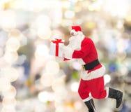 Человек в костюме Санта Клауса с подарочной коробкой Стоковые Изображения RF