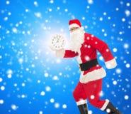 Человек в костюме Санта Клауса с часами Стоковые Изображения