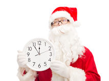 Человек в костюме Санта Клауса с часами Стоковое Изображение RF