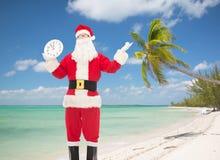 Человек в костюме Санта Клауса с часами Стоковые Изображения RF