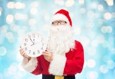 Человек в костюме Санта Клауса с часами Стоковая Фотография RF
