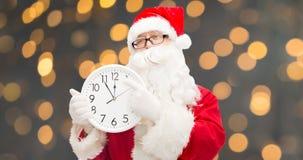 Человек в костюме Санта Клауса с часами Стоковое фото RF