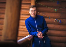 человек в костюме спорт на предпосылке деревянной стены Стоковые Изображения