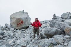 Человек в красной куртке потерял на очевидном следе Стоковые Фото