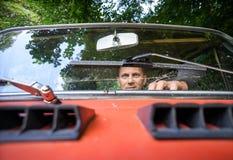 Человек в красном автомобиле Стоковое Изображение