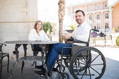 Человек в кресло-коляске датируя женщину Стоковые Изображения RF