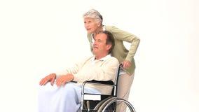 Человек в кресло-коляске разговаривая с его женой видеоматериал