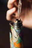 Человек в магазине vape заполняет специальную жидкость в e-сигарете Стоковое Фото