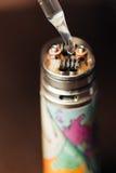 Человек в магазине vape заполняет специальную жидкость в e-сигарете Стоковое фото RF