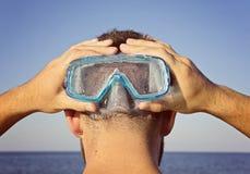 Человек в маске подныривания стоит позади Стоковые Фото