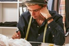 Человек в мастерской моды Стоковое Фото