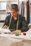 Человек в мастерской моды Стоковое Изображение RF