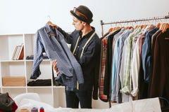 Человек в мастерской моды Стоковая Фотография RF