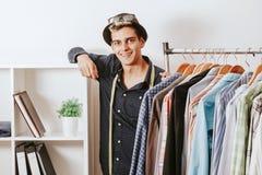 Человек в мастерской моды Стоковое фото RF
