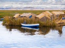 Человек в маленькой лодке в островах Reed на озере Titicaca, 6/13/13 стоковая фотография rf