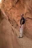 Человек в маленьком каньоне шлица дикой лошади Стоковые Изображения