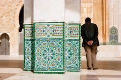 Человек в мечети ` s Касабланки, Марокко стоковая фотография rf