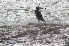 Человек в мокрой одежде занимаясь серфингом с парашютом, Англией, сентябрем 2105 Стоковые Фотографии RF