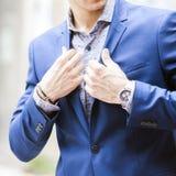 Человек в моде одевает, рубашка, куртка, вахта Стоковая Фотография