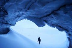 Человек в пещере льда Стоковые Изображения RF