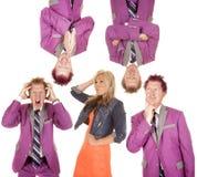 Человек в положениях фиолетового костюма различных вокруг женщины Стоковые Фотографии RF