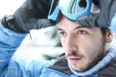 Человек в празднике лыжи кладя на лыжу стоковые фотографии rf