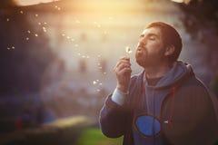 Человек в природе Сработанность и романс Дуть одуванчика Стоковые Фотографии RF