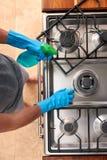 Человек в плите чистки кухни стоковые изображения rf