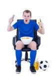 Человек в равномерной наблюдая футбольной игре и праздновать isola цели Стоковые Фото