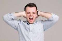 Человек в раже не хочет услышать что-нибудь стоковые изображения rf