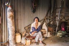 Человек в ремонтной мастерской Стоковая Фотография