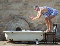 Человек в ретро купальнике стоковые фотографии rf