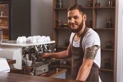 Человек в рисберме усмехаясь в кафе Стоковые Изображения RF