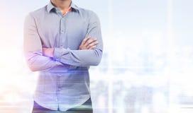 Человек в рубашке в панорамном офисе окна Стоковое Фото