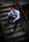 Человек в рубашке сидя на лестницах Стоковая Фотография RF
