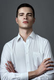 Человек в рубашке с unbuttoned кнопками Стоковое Фото