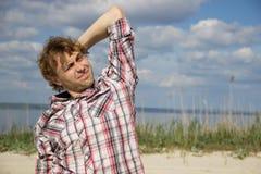 Человек в рубашке шотландки держа его голову с одной рукой Стоковые Фотографии RF