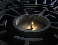 Человек в середине загадочного лабиринта иллюстрация штока